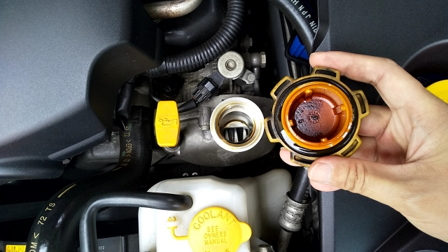 オイル注入口のキャップに付着したオイルの状態で確認する